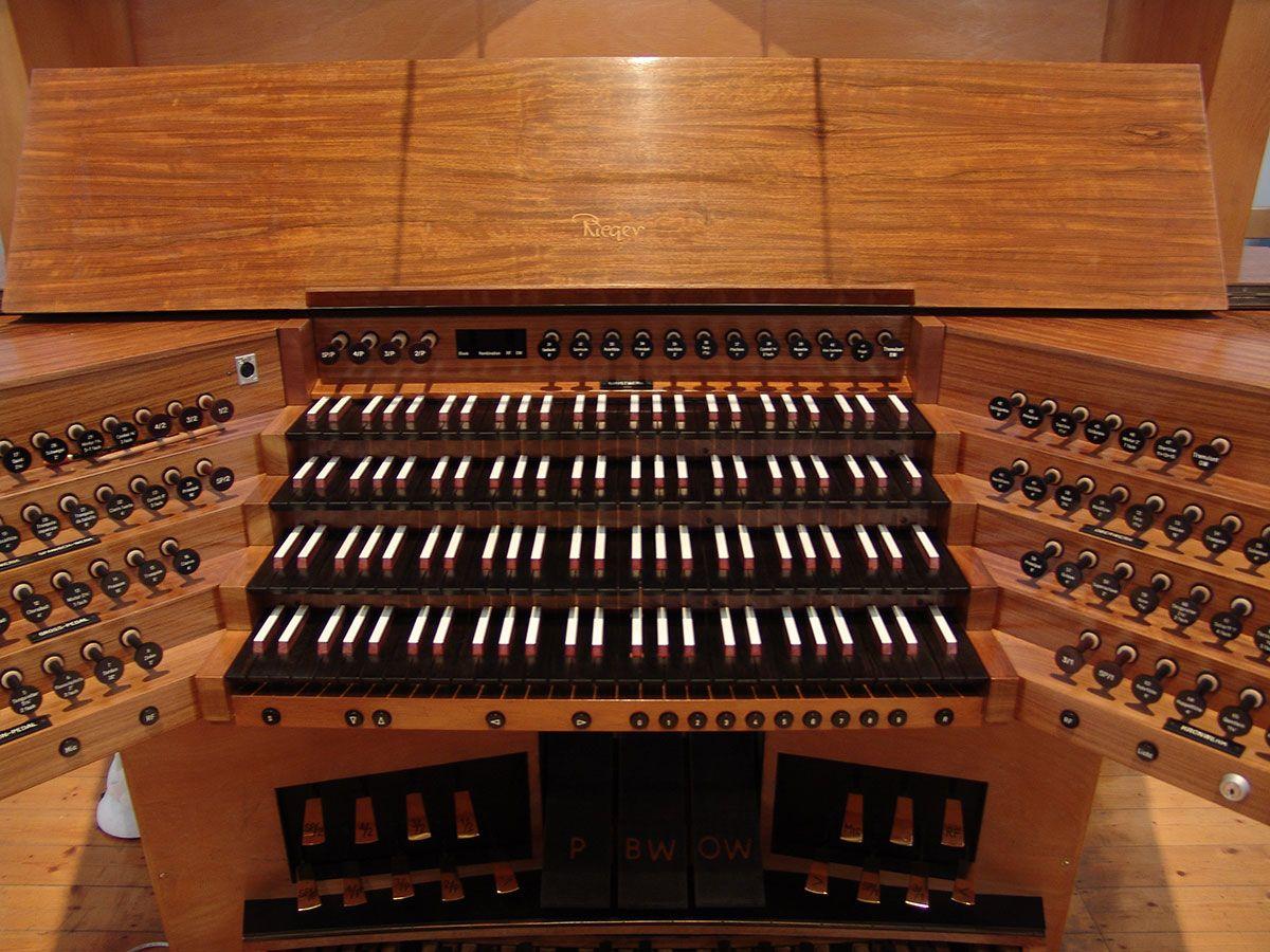 Rieger-Orgel Tastatur in der Friedenskirche Krefeld